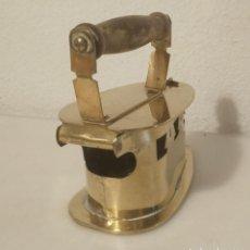 Antigüedades: PLANCHA DE LATÓN DORADO. MANGO DE MADERA.. Lote 225843480