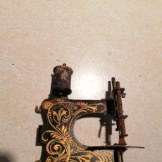 Antigüedades: ANTIGUA MÁQUINA DE COSER PEQUEÑA. Lote 226062591