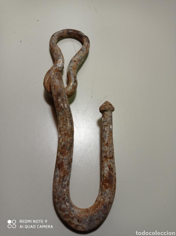 Antigüedades: Muy antiguo gancho de hierro forjado, no solo es antiguo sino que es muy raro. Pieza curiosa - Foto 2 - 226092990