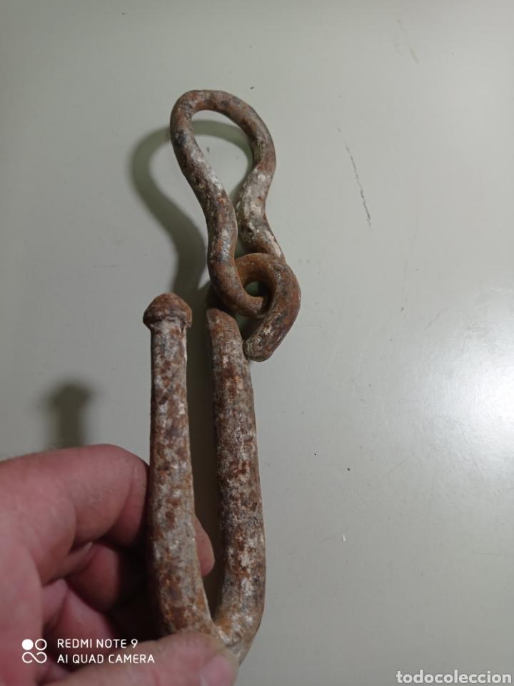 Antigüedades: Muy antiguo gancho de hierro forjado, no solo es antiguo sino que es muy raro. Pieza curiosa - Foto 3 - 226092990