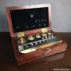 Antiquités: JUEGO PESOS Y MEDIDAS VICTORIANO PARA JOYERO EN ESTUCHE DE CAOBA FRANCIA S XIX. Lote 226111235