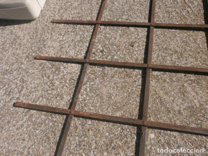 Antigüedades: Antigua Reja de hierro barrotes planos medida 78 X 89 cm. uno de estos cortados solo 80 cm. - Foto 2 - 226142570