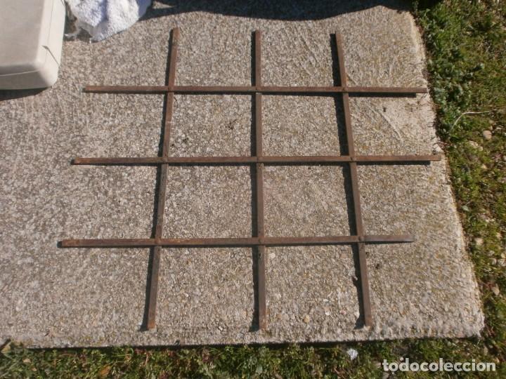 Antigüedades: Antigua Reja de hierro barrotes planos medida 78 X 89 cm. uno de estos cortados solo 80 cm. - Foto 3 - 226142570