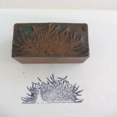 Antiguidades: TAMPÓN SELLO IMPRENTA CUÑO ANTIGO DE MADERA Y METAL. CON PLANTAS. 3,7 CM. Lote 226207790