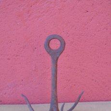 Antigüedades: ANTIGUO GANCHO CON TRES PINCHOS DE HIERRO FORJADO.. Lote 226652965