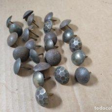 Antigüedades: LOTE DE 25 CLAVOS O TACHUELAS ANTIGUAS PARA PORTALONES DE MADERA.. Lote 226745204