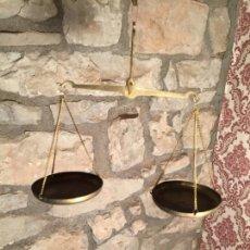Antigüedades: ANTIGUA BALANZA / BÁSCULA DE PRECISIÓN PARA PESAR MONEDAS O SIMILAR DE LATÓN AÑOS 20-30. Lote 226840980