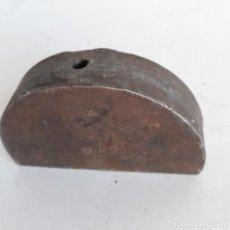 Antigüedades: TROQUEL DE HIERRO CON FORMA DE MEDIA LUNA. Lote 226859680