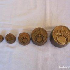 Antiguidades: JUEGO DE CINCO PESAS DE HIERRO DE 1 KG 1/2 HECTO. Lote 227033700