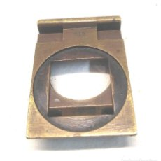 Antigüedades: LUPA CUENTAHILOS AÑOS 40 PLEGABLE FRANCIA DE BRONCE. MED. 4 X 4,50 CM. Lote 227121925