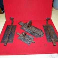 Antigüedades: LOTE JUEGO DE CERROJOS, PESTILLOS, FORJA, SIGLO XIX. Lote 227254110
