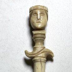 Antigüedades: ALFILETERO DE HUESO TALLADO CABEZA REY - VISOR FOTOS MINIATURA DE LYON - VISOR STANHOPE - SIGLO XIX. Lote 227277845