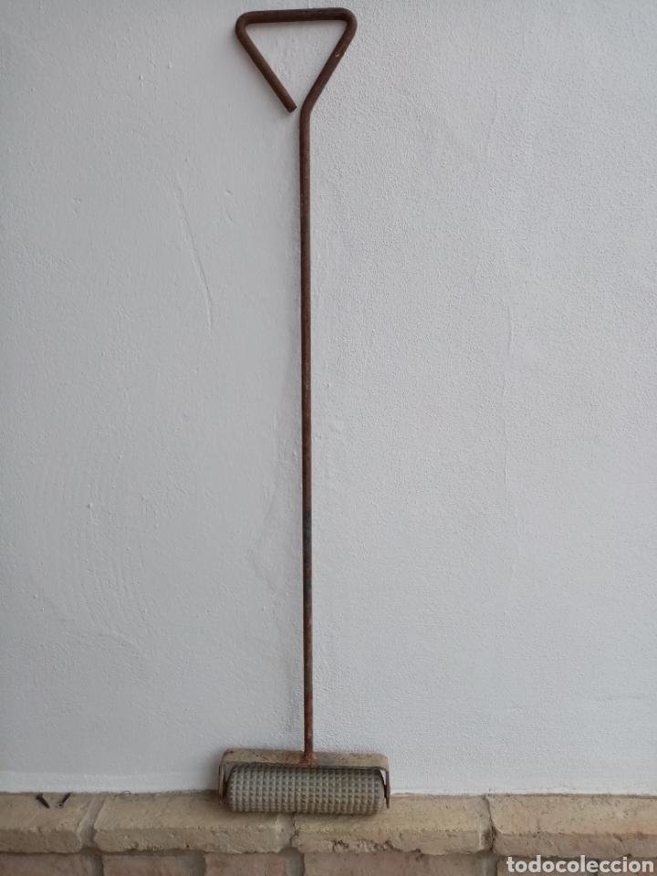ANTIGUO RODILLO DE MARCAR EN LA CONSTITUCIÓN, 87 X 20 CM (Antigüedades - Técnicas - Herramientas Profesionales - Albañileria)