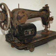 Antigüedades: MÁQUINA DE COSER SINGER CON MOTOR ELÉCTRICO. Lote 227702955