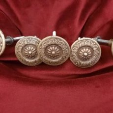 Antigüedades: CINCO ANTIGUOS TIRADORES. Lote 227731930