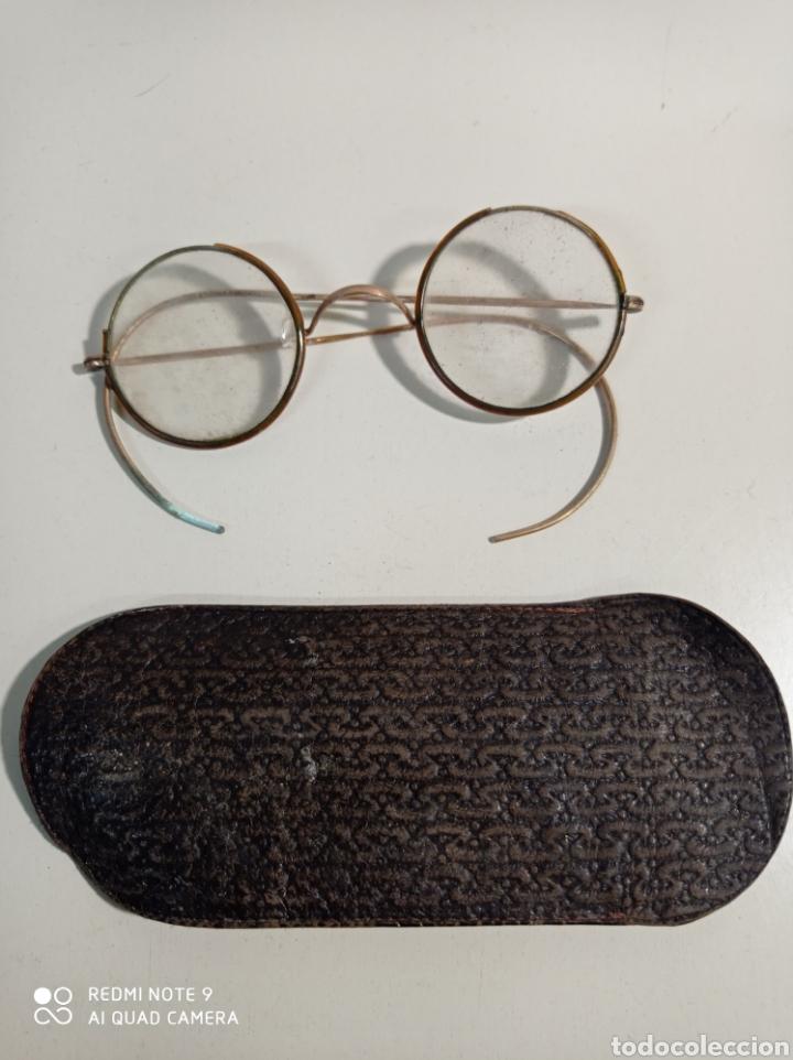 ANTIGUAS GAFAS DE ALAMBRE O VARILLA. METAL SEGURAMENTE QUE LATÓN. EL ARO MIDE 4 CM. CON SU FUNDA. (Antigüedades - Técnicas - Instrumentos Ópticos - Gafas Antiguas)