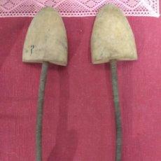 Antigüedades: ANTIGUO PAR DE HORMAS PARA ZAPATOS.. Lote 227922692