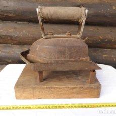 Antigüedades: ANTIGUA PLANCHA CONSTRUIDA EN HIERRO DE SASTRERIA 1940 (2) DE GRANDES DIMENSIONES Y PESO 7, 5 KILOS. Lote 228032720
