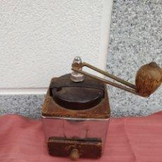 Antigüedades: MOLINILLO MADERA Y CHAPA PEUGEOT FRERES. Lote 228068430