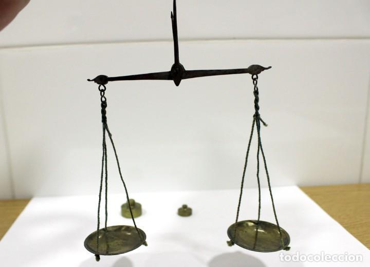 BALANZA PEQUEÑA DE HIERRO Y BRONCE CON 2 PESAS EN ONZAS. MUY ANTIGUA. PLATOS DE BRONCE. (Antigüedades - Técnicas - Medidas de Peso - Balanzas Antiguas)