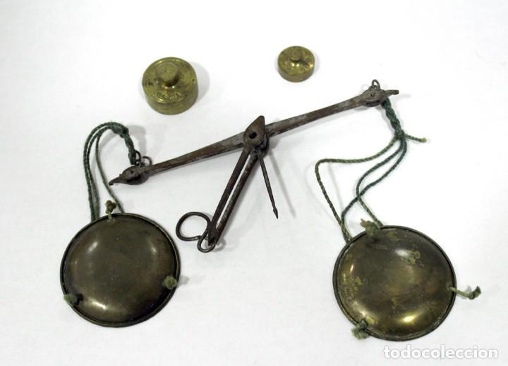Antigüedades: Balanza pequeña de hierro y bronce con 2 pesas en Onzas. Muy antigua. Platos de bronce. - Foto 2 - 228111665