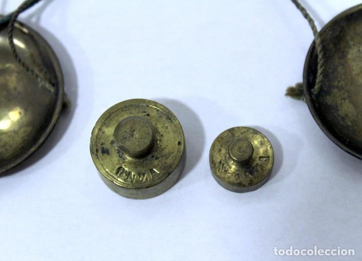 Antigüedades: Balanza pequeña de hierro y bronce con 2 pesas en Onzas. Muy antigua. Platos de bronce. - Foto 6 - 228111665