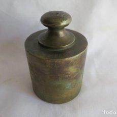 Oggetti Antichi: PESA DE 2 KILOS DE LATON. Lote 228175840