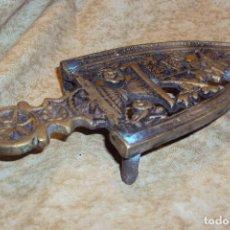 Antigüedades: APOYA PLANCHA DE BRONE ANTIGUO. Lote 228257653