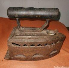 Antigüedades: ANTIGUA PLANCHA DE HIERRO MANGO DE MADERA. ENVIO CERTIFICADO INCLUIDO.. Lote 228313000