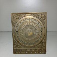 Antigüedades: PEQUEÑO CALENDARIO SOLAR PERPETUO DE BRONCE O LATÓN,MUY BONITO. Lote 228352440