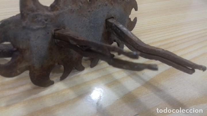 Antigüedades: ANTIGUA ALDABA O TIRADOR DE PUERTA CON EMBELLECEDOR - Foto 6 - 228927995