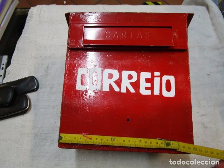ANTIGUO BUZON HIERRO, REPINTADO INCLUSO ' CORRIO ' DE EMPOTRAR EN MURO PARED EXTERIOR+ INFO Y FOTOS (Antigüedades - Técnicas - Cerrajería y Forja - Varios Cerrajería y Forja Antigua)