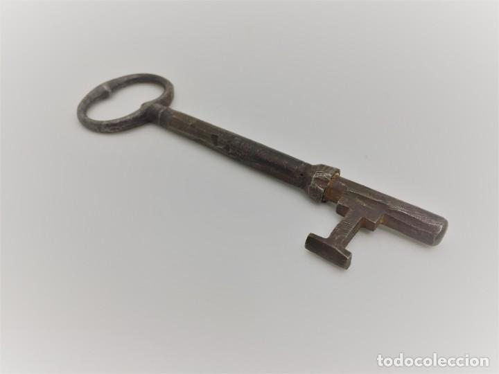 Antigüedades: LLAVE MUY ANTIGUA DE HIERRO FORJADO DE 13,8 CM Y 66 GR - Foto 2 - 229143955