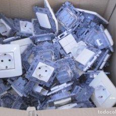 Antigüedades: LOTE CON MÁS DE 90 PIEZAS ELECTRICAS Y MAS DE 50 PLACAS EMPOTRABLES , MARCA BTICINO. Lote 229238480