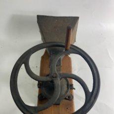 Antigüedades: MOLINILLO DE HIERRO Y MADERA. PRINCIPIOS S.XX. GRAN TAMAÑO.. Lote 229371765