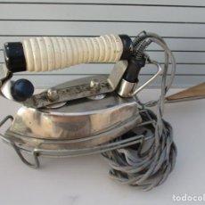 Antigüedades: ANTIGUA PLANCHA ELECTRICA CON BASE .FUNCIONA A 125 VOLT Y NO ESTA PROBADA IDEAL VINTAJE O ATREZZO. Lote 229512615