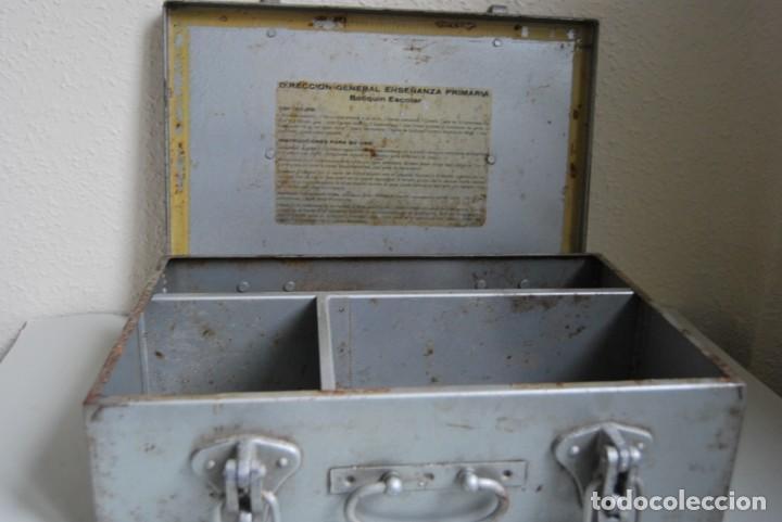 Antigüedades: BOTIQUÍN ESCOLAR SANS - PRIMARIA - MALETA DE METAL - MALETÍN - COLEGIO - ESCUELA - Foto 12 - 229611330