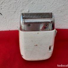 Antigüedades: MAQUINILLA DE AFEITAR ELECTRICA. Lote 229808310