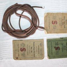 Antiquités: 3 LIBROS DE INSTRUCCIONES Y CORREA DE CUERO DE MÁQUINA COSER SINGER. Lote 229840490
