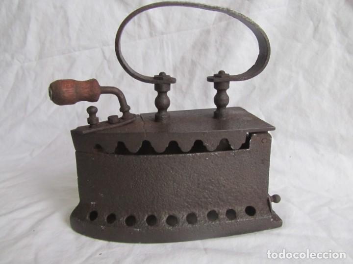 Antigüedades: Plancha de hierro para carbón, reparada con remaches - Foto 2 - 229870925