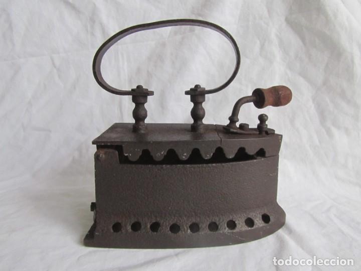 Antigüedades: Plancha de hierro para carbón, reparada con remaches - Foto 4 - 229870925