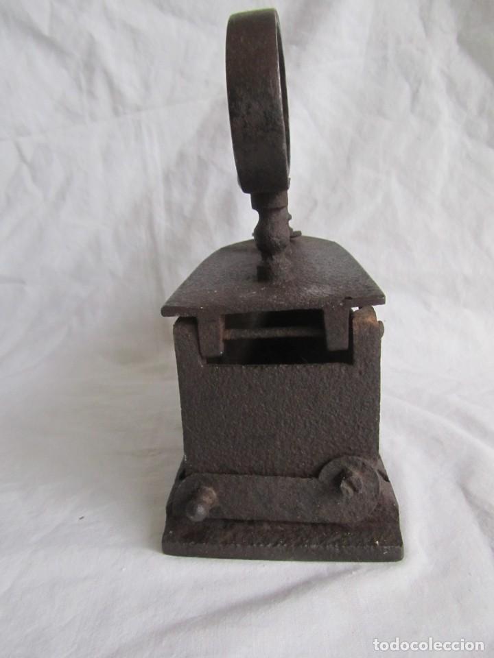 Antigüedades: Plancha de hierro para carbón, reparada con remaches - Foto 5 - 229870925