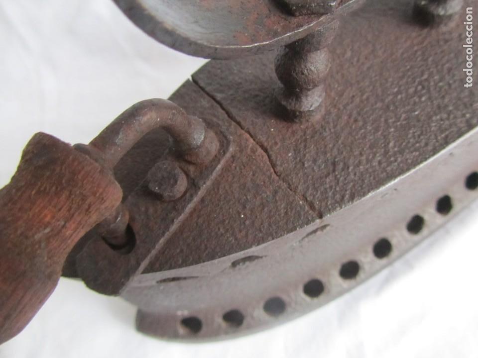 Antigüedades: Plancha de hierro para carbón, reparada con remaches - Foto 6 - 229870925