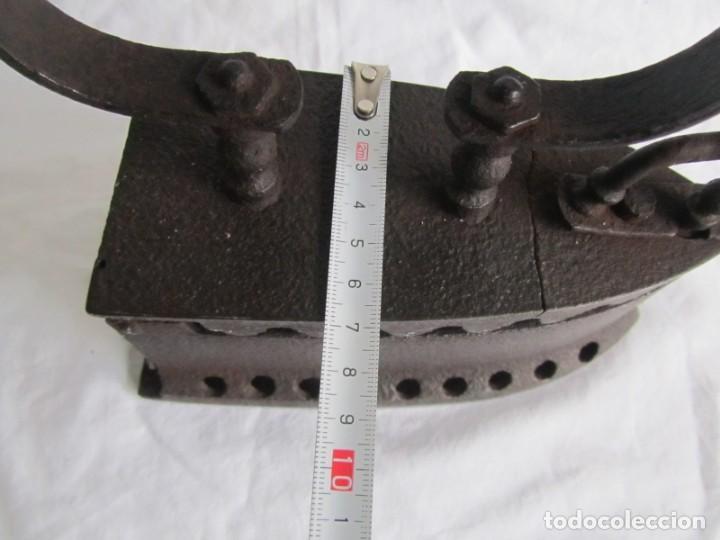 Antigüedades: Plancha de hierro para carbón, reparada con remaches - Foto 11 - 229870925