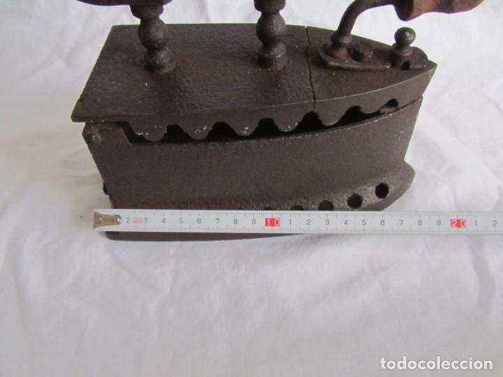 Antigüedades: Plancha de hierro para carbón, reparada con remaches - Foto 12 - 229870925