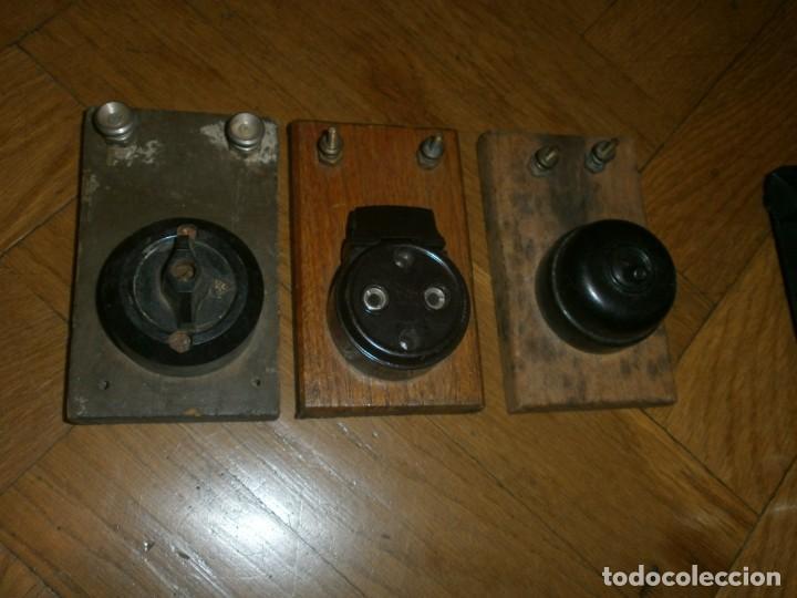 Antigüedades: Interruptores de luz antiguos enchufe y dos llaves madera bornes metálicos - Foto 2 - 229914945
