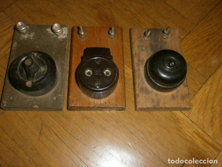 Antigüedades: Interruptores de luz antiguos enchufe y dos llaves madera bornes metálicos - Foto 3 - 229914945