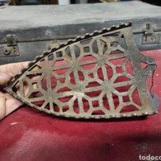 Antigüedades: ANTIGUO REPOSA PLANCHAS DE HIERRO. Lote 230040710