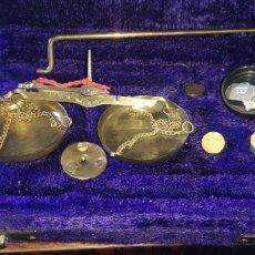 Antigüedades: ESTUCHE CON PEQUEÑA BALANZA DESCONOZCO ÉPOCA. Lote 230205825