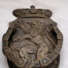 Antigüedades: ANTIGUA ALDABA BRONCE LEÓN. Lote 230446030